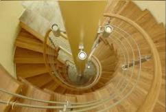 Лестница из дерева – украшение загородного дома