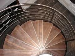 лестница с нержавеющими перилами