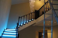подсветка ступеней деревянной лестницы